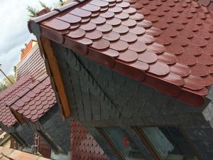 Dachsanierung nachher: Spitzdach mit Gauben