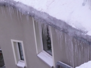 Naturgewalten Eiszapfen an einer Dachrinne