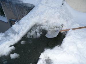 Naturgewalten Eis- und Schneemassen auf einem Dach